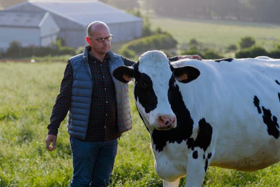 vache et éleveur