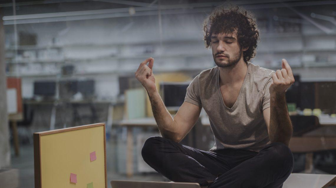 homme qui fait du yoga